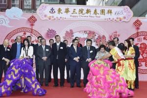 東華三院何超蕸主席(前排右二)與第一副主席馬陳家歡女士(前排左一)主持簪花掛紅儀式。