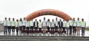 東華三院主席何超蕸小姐、董事局成員聯同主禮嘉賓及主禮團嘉賓一起合照。