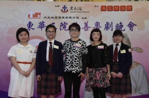 圖三為鳴芝聲劇團台柱蓋鳴暉小姐(中)及吳美英小姐(右二)與演出學生合照。