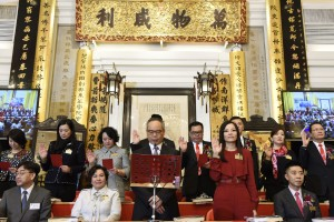 Mrs. Katherine MA (front row, right 2), Chairman of Tung Wah Group of Hospitals (2016/2017), and her fellow Members of the Board taking the oath of office.