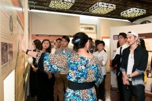 圖三為一眾名人嘉賓細意欣賞文物館的優美建築及珍貴文物,一同踏上探索歷史文化次旅。