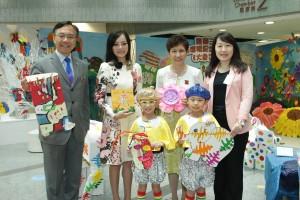 东华三院主席兼校监马陈家欢女士(左二)及香港城市大学应用社会科学系副教授许娜娜博士(右二)与学生代表合照