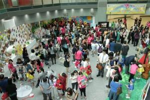 各嘉宾及家长参观幼儿的艺术作品。