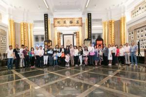 圖一為東華三院主席馬陳家歡女士(左十三)、董事局成員及其他義工在出發賣旗前大合照。