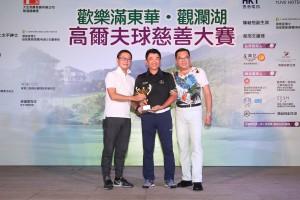 圖三為男子組「個人總桿獎」首日比賽冠軍Mr. TAI Chi Ming﹝中﹞,他以桿數77桿勇奪獎項。