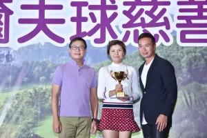 圖四為女子組「個人總桿獎」次日比賽冠軍Ms. ZHANG Yun Chang﹝中﹞,她以桿數75桿勇奪獎項。