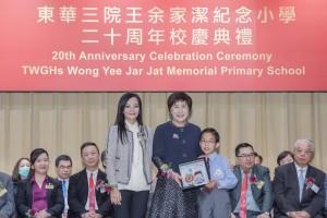 圖一為東華三院主席兼名譽校監馬陳家歡女士(左)陪同學生代表致送紀念品予教育局副秘書長 (三)黃邱慧清女士(中)。