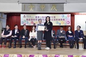 圖二為東華三院主席兼名譽校監馬陳家歡女士(右)與小學組傑出學生第一名羅凱瑩同學(左)合照。