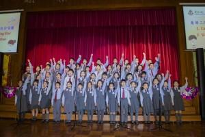 图三为东华三院小学联校合唱团为观众唱出两首悦耳的英文歌曲。