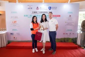 圖四為東華三院馬陳家歡主席(左一)頒發「女子個人總桿獎」冠軍予Ms. Amina NG,她以桿數80桿勇奪獎項。