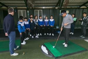 图五为东华三院邀请基层儿童参与是次活动,让他们一同享受高尔夫球带来的乐趣。