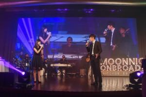 图九为东华三院黄笏南中学的刘智霖同学、梁乐禧同学于晚会上献唱。