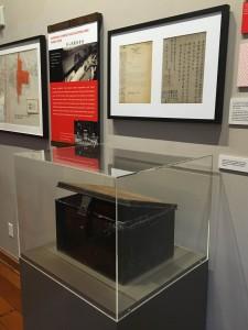 图二:这个曾经载著先侨骨殖的锌铁箱是东华三院文物馆的馆藏文物。