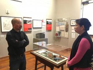 圖四:東華三院檔案及歷史文化總主任史秀英女士(右)在華美博物館檢視展覽佈置。