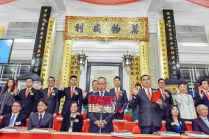 Photo 1: Dr. LEE Yuk Lun, JP (first row, right 3), Chairman of Tung Wah Group of Hospitals (2017/2018), and his fellow Members of the Board taking the oath of office.