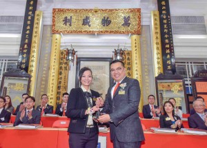 Photo 2: Mrs. Katherine MA (Left), Chairman of Tung Wah Group of Hospitals (2016/2017), handing over the title deeds and seals to Dr. LEE Yuk Lun, JP (Right), Chairman of Tung Wah Group of Hospitals (2017/2018).