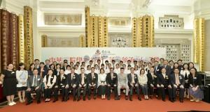 图一为出席启动礼的一众嘉宾与东华三院学生大使三藩市参访团全体学生大使合照。