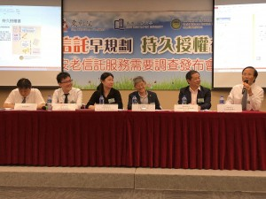 老人專科醫生王春波醫生(右一)於發布會上分享其專業經驗及意見。