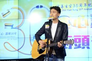 东华三院校友黄剑文先生为慈善出一分力。