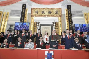 Photo 1: Dr. TSOI Wing Sing, Ken, (first row, right 2), Chairman of Tung Wah Group of Hospitals (2019/2020), and his fellow Members of the Board taking the oath of office.