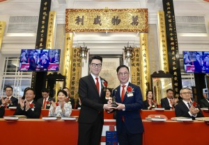 Photo 2: Mr. Vinci WONG (Left), Chairman of Tung Wah Group of Hospitals (2018/2019), handing over the title deeds and seals to Dr. TSOI Wing Sing, Ken, (Right), Chairman of Tung Wah Group of Hospitals (2019/2020).