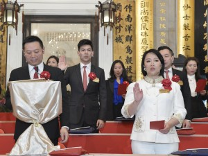 Photo 1: Ms. Ginny MAN (first row, right), Chairman of Tung Wah Group of Hospitals (2020/2021), and her fellow Members of the Board taking the oath of office.