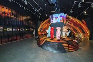 圖六、七: 除了回顧昔日《歡樂滿東華》的經典場面,展覽更展出多位粵劇名伶的戲服,讓參觀者重溫這些點滴記憶。