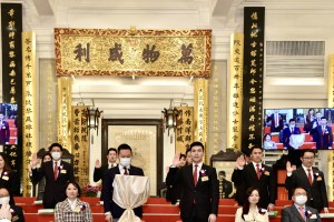 Photo 1: Mr. TAM Chun Kwok, Kazaf (first row, right 3), Chairman of Tung Wah Group of Hospitals (2021/2022), and his fellow Members of the Board taking the oath of office.