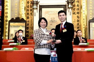 Photo 2: Ms. Ginny MAN (left), Chairman of Tung Wah Group of Hospitals (2020/2021), handed over the title deeds and seals to Mr. TAM Chun Kwok, Kazaf (right), Chairman of Tung Wah Group of Hospitals (2021/2022).