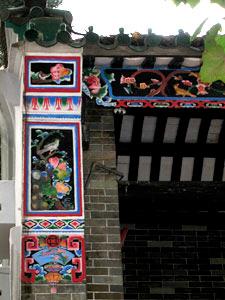 東華三院文物館富中國傳統色彩的外牆裝飾