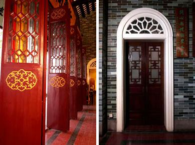 東華三院文物館的中式木門跟西式拱形門框成一對比