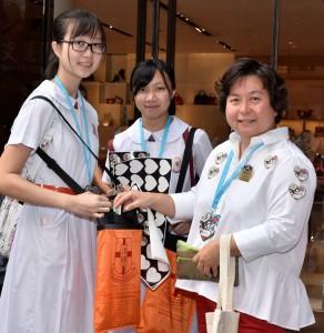圖三為東華三院主席何超蕸小姐(左一)落力在街頭與義工學生一起呼籲市民買旗和參加「GoBuy東華旗想創作大賽」。