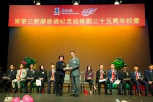 東華三院主席兼校監何超蕸小姐(左)致送紀念品予教育局副局長楊潤雄太平紳士。