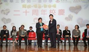 東華三院主席兼名譽校監何超蕸小姐(左)頒贈紀念品予主禮嘉賓恒生管理學院校長何順文教授 (右)。