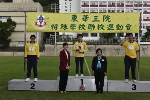 主禮嘉賓香港智障人士體育協會執行委員會副主席倪文玲太平紳士(左二)在東華三院主席何超蕸小姐(右二)陪同下頒發獎項予勝出健兒。