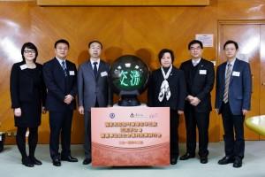 東華三院主席何超蕸小姐(右三)及民政部港澳台辦公室康鵬主任(左三)主持研討會開幕儀式。