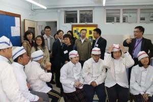 交流团成员参观群芳启智学校学生上家政课的情况。