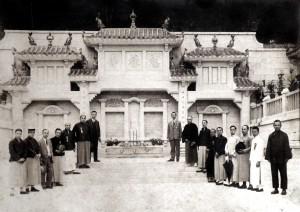 1923年馬棚先友墳場峻工後各人合照,站於最高階梯靠右者為何想先生。