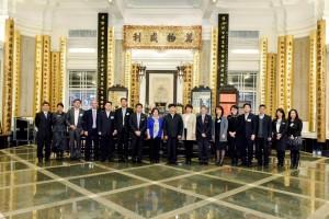 東華三院主席何超蕸小姐(左八)及高級職員與國家民政部訪問團合照。