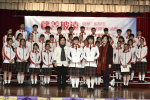 東華三院主席何超蕸小姐(左一)及教育局副秘書長陳嘉琪博士(右一)頒發委任狀給學生大使。