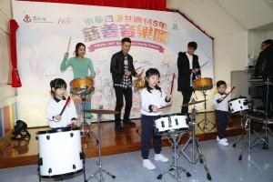 圖三為歌手周柏豪、吳雨霏及吳業坤與幼稚園學生互動,並鼓勵學生於音樂會正式演出時有更出色表現。