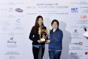 圖四為東華三院何超蕸主席(右)頒發女子組「個人總桿獎」冠軍予Ms. Nammy Dun,她以桿數80桿勇奪獎項。