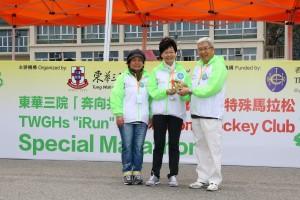 東華三院 「奔向共融」—香港賽馬會特殊馬拉松2016由政務司司長林鄭月娥GBS太平紳士(圖中)、東華三院主席何超蕸小姐(圖左)以及香港賽馬會董事李家祥博士(圖右)擔任主禮嘉賓。
