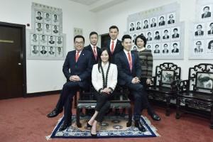 东华三院候任主席马陈家欢女士(前排中)与副主席李鋈麟博士(前排左)、王贤志先生(前排右)、陈祖恒先生(后排中)、蔡荣星博士(后排左)及文颖怡小姐(后排右)合照。