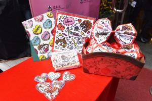 年輕插畫師Plastic Thing為東華三院設計的限量版籌款禮品。籌款禮品現於東華慈善嘉年華義賣攤位有售,亦可到東華三院網頁下載訂購表格,以郵購方式選購。