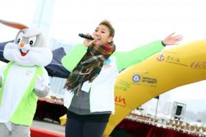 東華三院「共融大使」鄭欣宜小姐在台上獻唱表演助興。