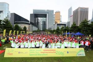 Photo 8各參與團體、義工、參加者合照留念,為東華三院 「奔向共融」—香港賽馬會特殊馬拉松2016(iRun)畫上圓滿句號。