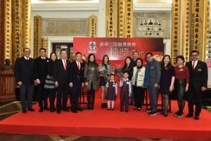 圖一為東華三院董事局成員與2015年度香港小姐季軍郭嘉文小姐(右七)及友誼小姐林凱恩小姐(左七)合照。