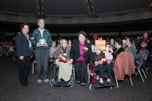 社會福利署助理署長彭潔玲女士(右二)與東華三院主席何超蕸小姐(左一)頒發「金年華獎」予其中三位年逾百歲的長者。