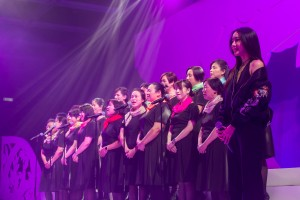 歌手吳雨霏(右)與廣華醫院護理天使合唱團一同演唱【愛是最大權利】。
